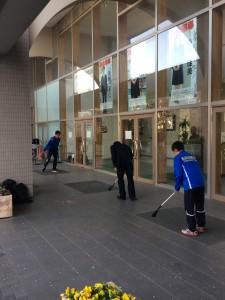 玄関前の掃除