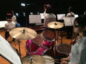 広いアリーナにドラムを響かせるのにも工夫がいりました。