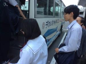 学校バスに早速乗り込みました。