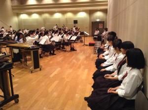 選抜団練習を鑑賞する本校吹奏楽部員