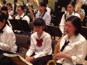 中学生もまだ楽器を始めたばかりですが、早く上達したいと決意しました。