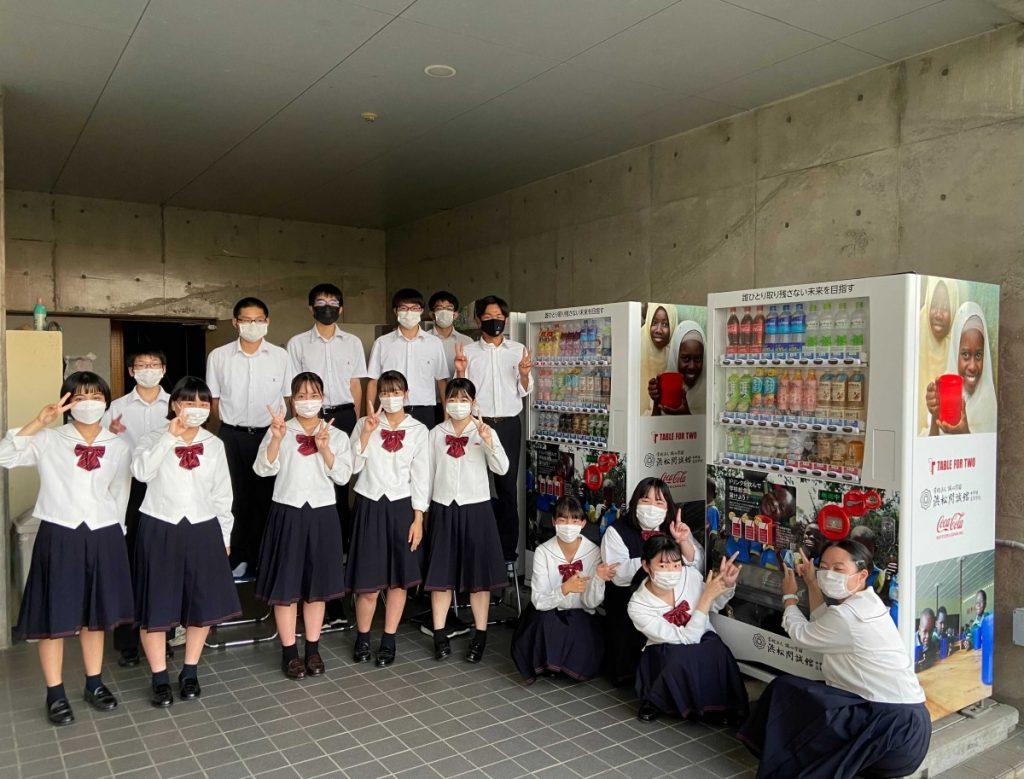 コカコーラボトラーズ ジャパンと協働で SDGs達成に向けた取り組み~校内にオリジナルラッピングの「TABLE FOR TWO自販機」を設置~